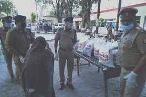 Amethi : लॉक डाउन में पुलिसकर्मियों ने गरीबों को राशन वितरित किया