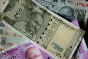 रुपए में गिरावट थामने को एनआरआई की मदद ले सकती है सरकार