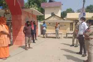 DM-SP ने स्वामी परमहंस आश्रम टीकरमाफी में रह रहे मजदूरों का लिया हाल-चाल