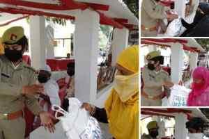 अमेठी पुलिस द्वारा जरूरतमन्दों को बांटे जा रहे राहत सामग्री