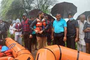 जान जोख़िम में डालकर कांग्रेस विधायक कुणाल चौधरी ने बाढ़ में फंसे 100 से ज्यादा लोगों को निकलने SDERF की टीम साथ